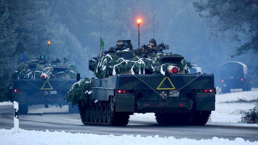 ARCHIV - In Torgelow (Mecklenburg-Vorpommern) ist eine Kolonne mit Leopard-Panzern der Bundeswehr am 17.01.2017 auf dem Weg zu einer deutsch-niederländischen Militärübung auf dem Truppenübungsplatz Jägerbrück. (Zu dpa «IISS-Bericht: Verteidigungsausgaben der Nato-Länder nehmen ab» vom 14.02.2017) Foto: Bernd Wüstneck/dpa-Zentralbild/dpa +++(c) dpa - Bildfunk+++
